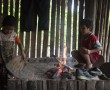 Kinder kümmern sich um das Feuer